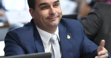 Flávio Bolsonaro admite que Queiroz pagava suas contas pessoais
